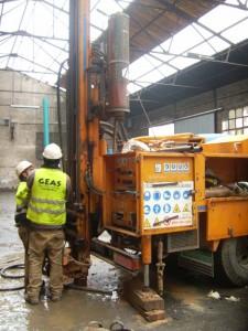 equipo de GEAS instalando un piezómetro